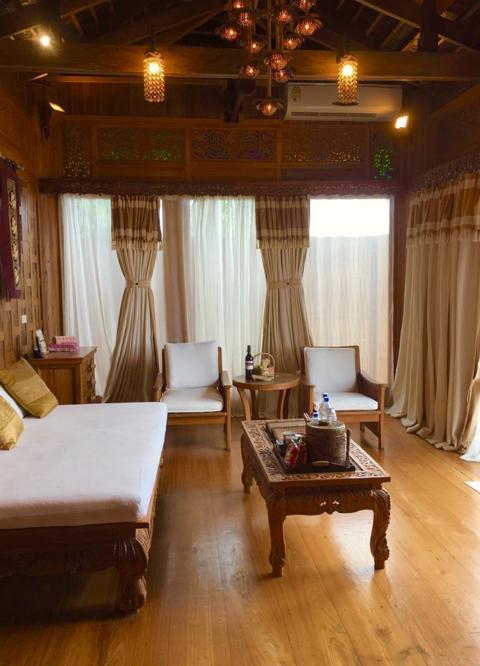Santhiya Koh Yao Yai, Wohnraum mit Tisch, Couch und Stühlen in Poolvilla