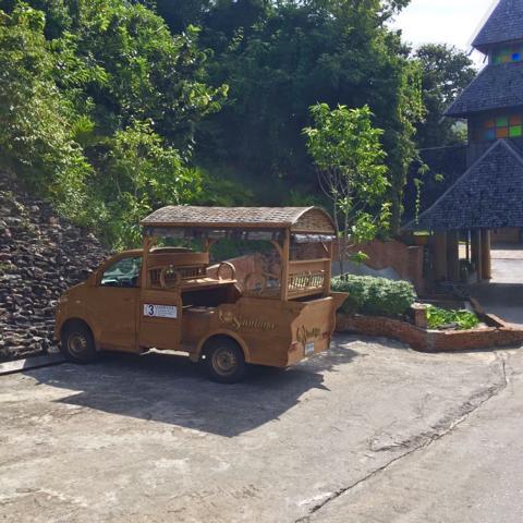 Shuttle-Fahrzeug aus Holz für Hotelgäste