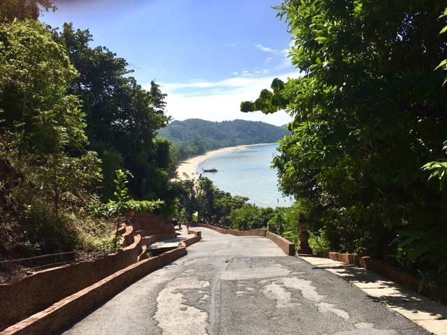 Steiler Weg mit Blick auf Meer