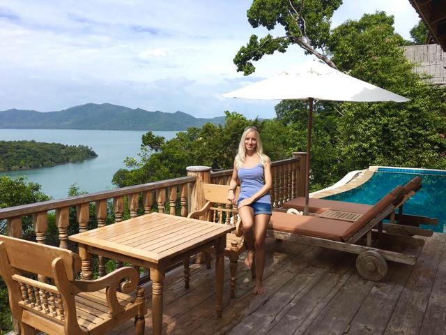 Santhiya Koh Yao Yai, Frau vor Pool mit Blick auf Meer