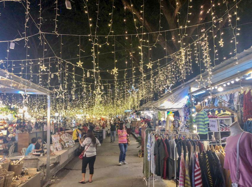 Weihnachtlich beleuchteter Nachtmarkt in Bangkok
