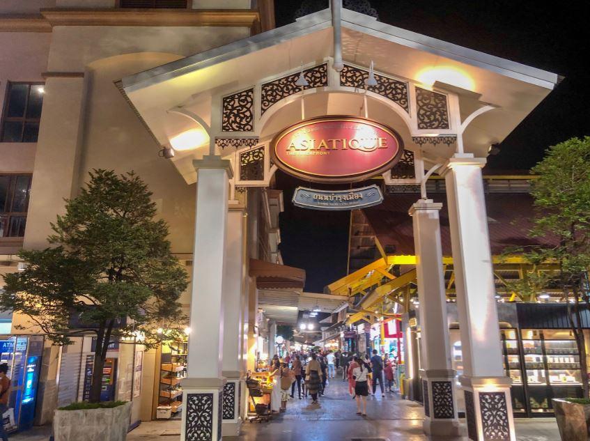 Großes Tor als Eingang zur Asiatique Bangkok
