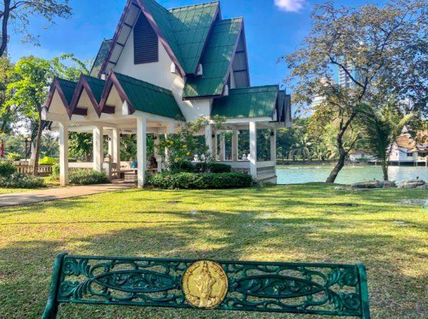 Bangkok Sehenswürdigkeiten, kleines Haus im Lumphini Park auf grüner Wiese