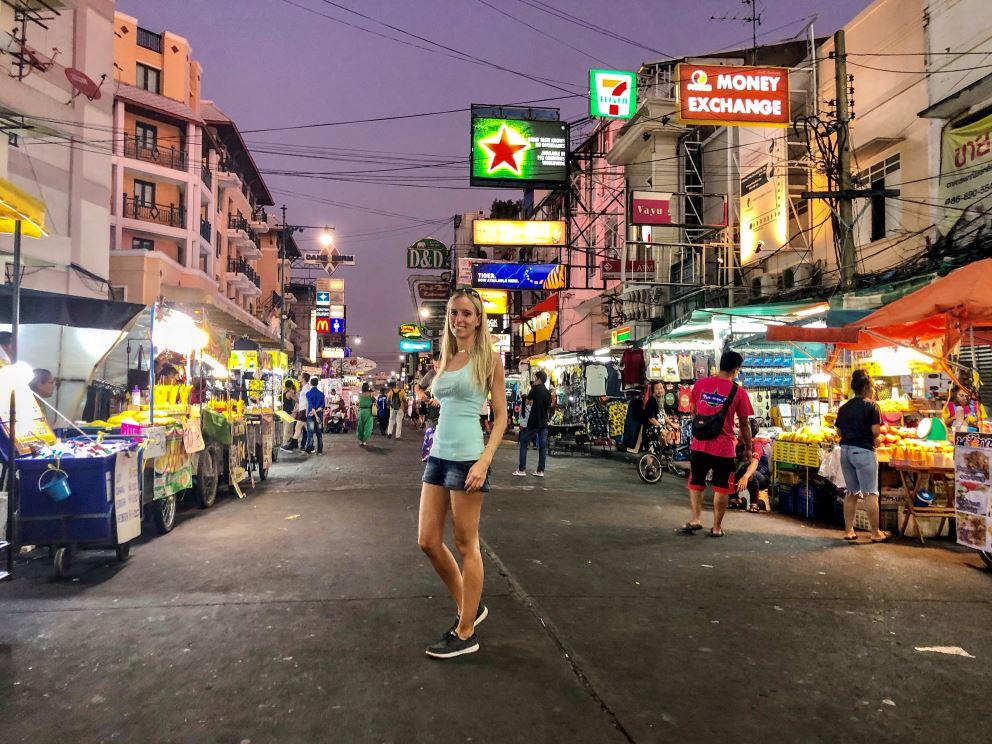 Bangkok Sehenswürdigkeiten, Frau steht bei Nacht in Khao San Road