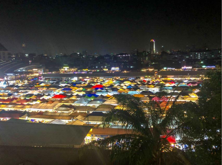 Bangkok Sehenswürdigkeiten, bunte Dächer eines Marktes bei Nacht