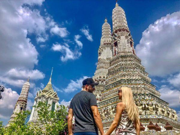 Bangkok Tempel, Pärchen steht Hand in Hand vor Tempel