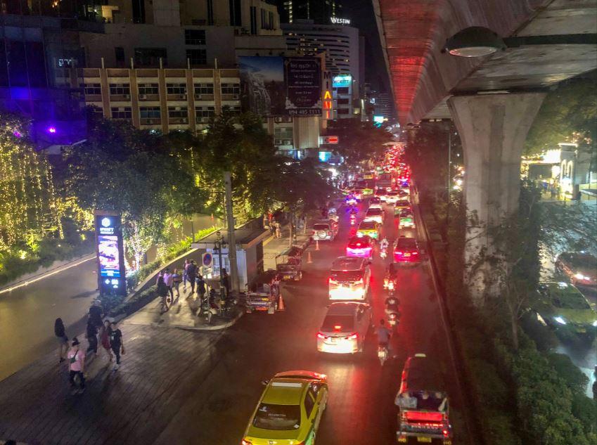 Bangkok Tipps, Blick bei Nacht von Brücke auf Straße mit vielen Autos
