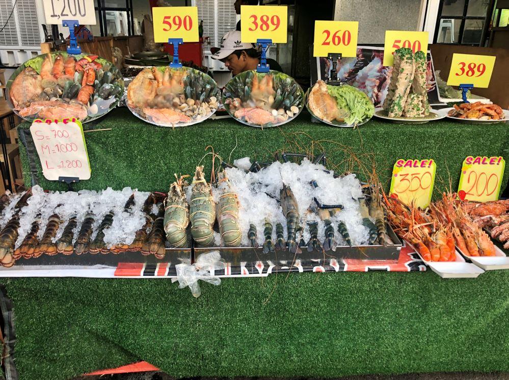 Auswahl an frischem Fisch auf Eis