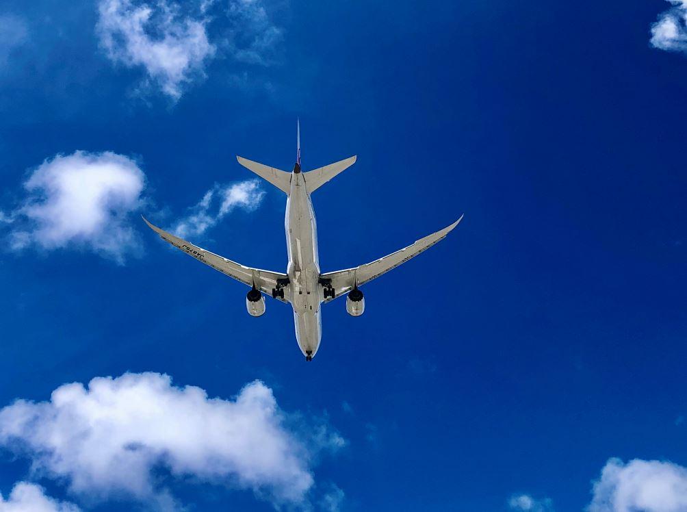 Flugzeug am blauen Himmel