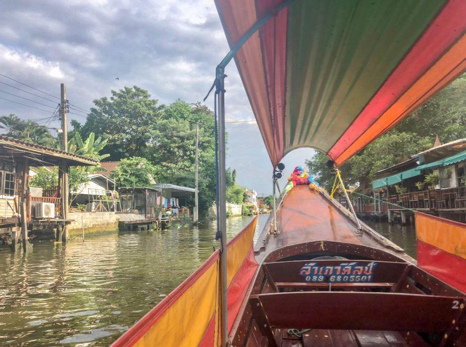 Buntes Boot in den Nebenkanälen Bangkoks