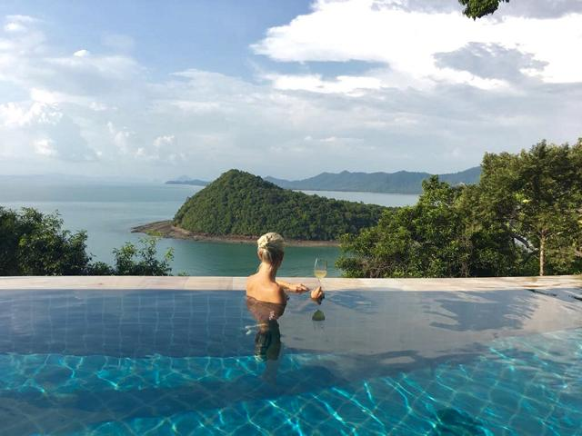 Santhiya Koh Yao Yai, Pool mit Ausblick auf Meer