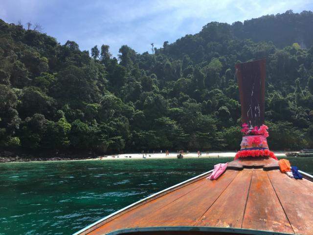 Longtailboat vor Bucht auf Koh Phi Phi