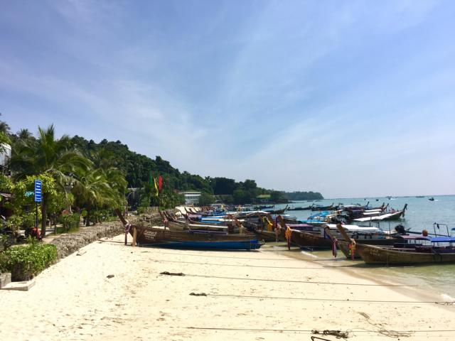 Boote am Strand von Phi Phi Don