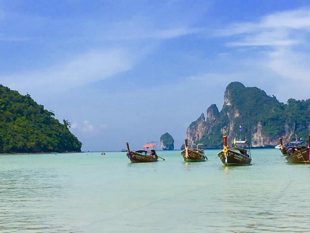 Boote im Meer vor Phi Phi Don in Thailand