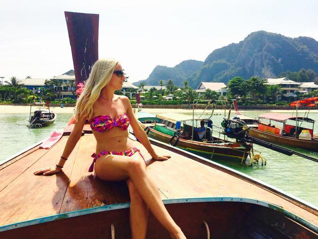 Frau auf Boot vor Phi Phi Don Thailand