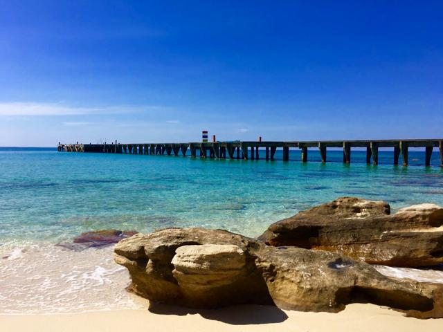 Felsen und Holzsteg im Meer