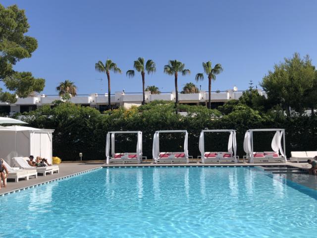 Astoria Playa Alcudia, Pool mit Liegen und Palmen auf Mallorca