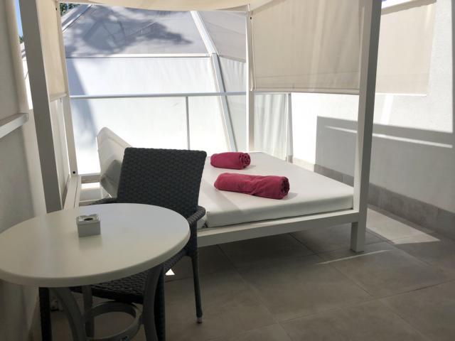 Astoria Playa Alcudia, Balkon mit Doppelliege, Tisch und Stühlen