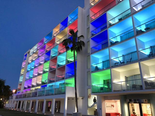 Hotel bunt beleuchtet