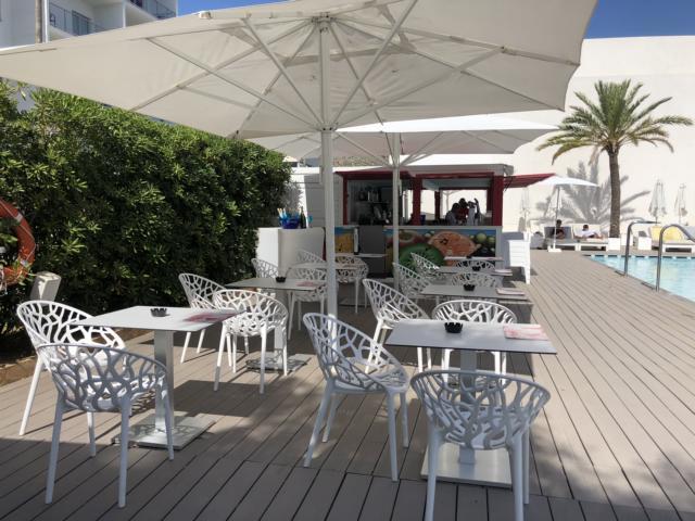 Astoria Playa Alcudia, Poolbar mit weißen Stühlen