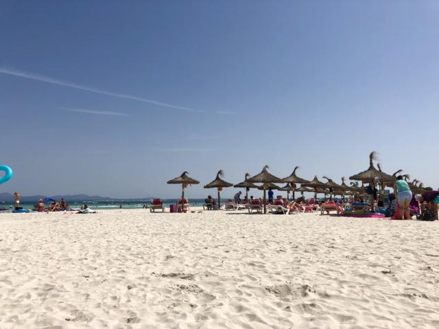 Astoria Playa Alcudia, Liegestühle am Strand von Alcudia