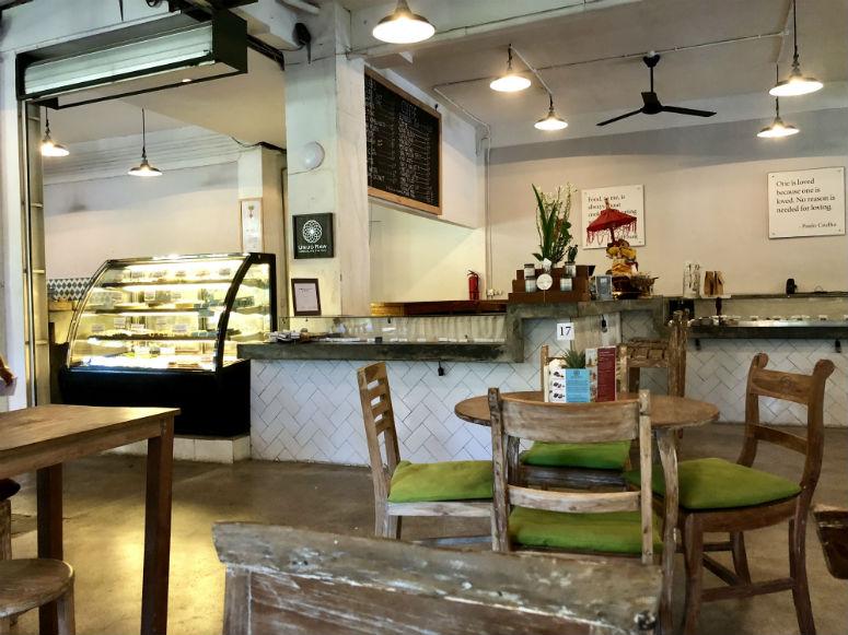 Stühle und Tische in Restaurant in Ubud