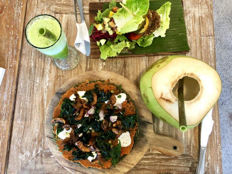 Vegane Speisen auf Tisch in Ubud