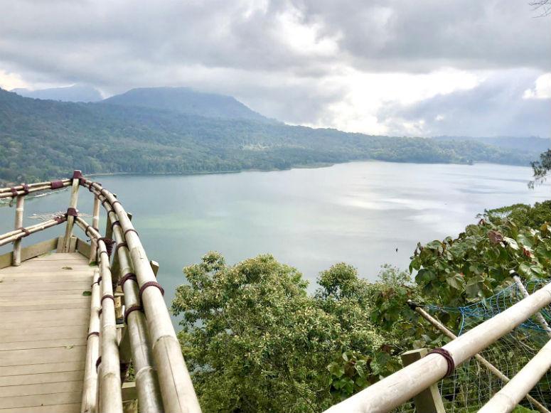 Aussicht von Berg auf See in Bali