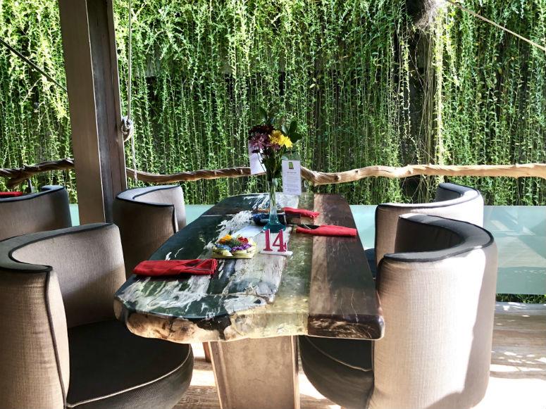 Stühle und Tisch mit Blumen