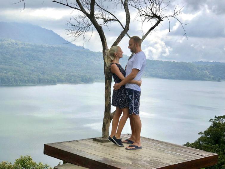 Wanagiri Hidden Hills, Pärchen vor Baum mit Aussicht auf See