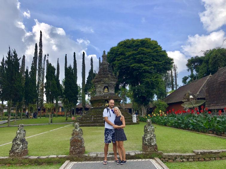 Pärchen in Garten des Tempels Ulun Danu Bratan Bali