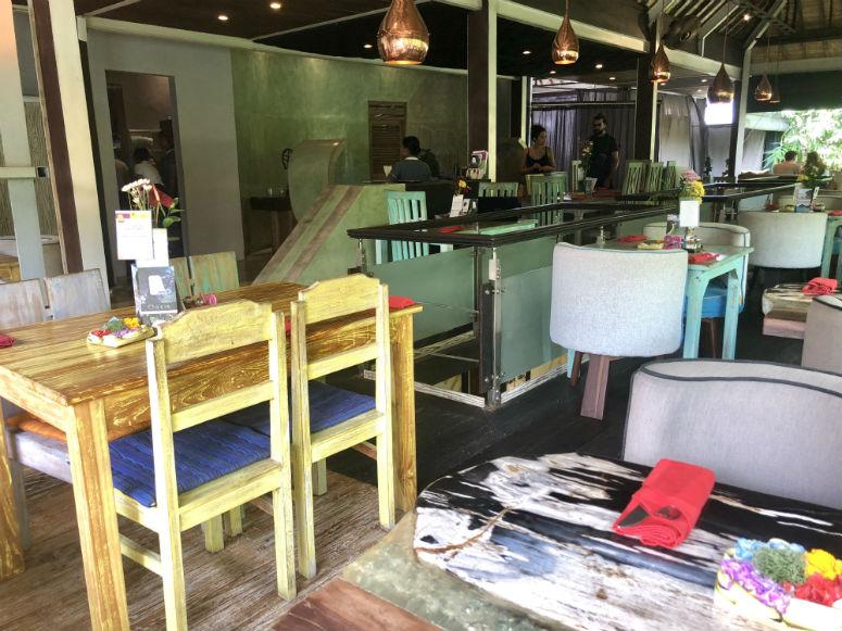 Tische und Stühle im Clear Cafe Ubud