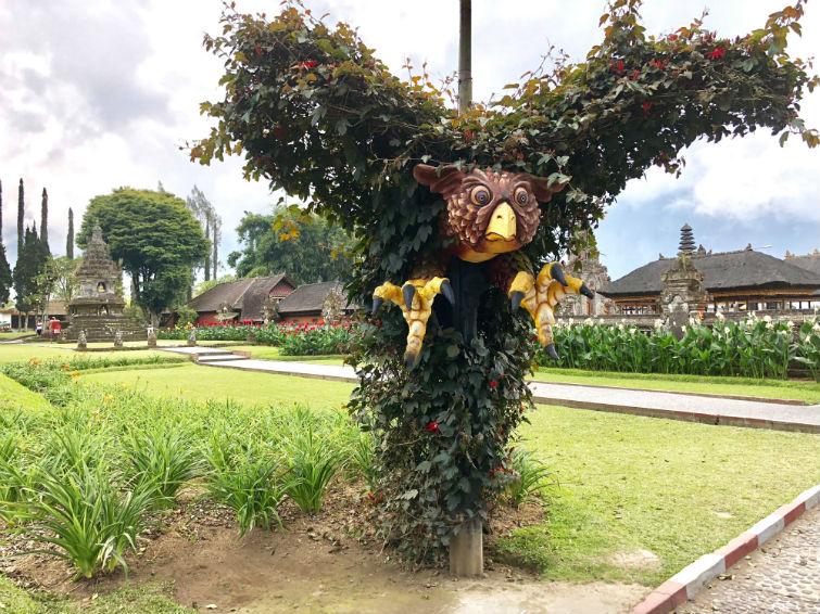 Bali Sehenswürdigkeiten, Greifvogel aus Pflanzen in Tempelanlage