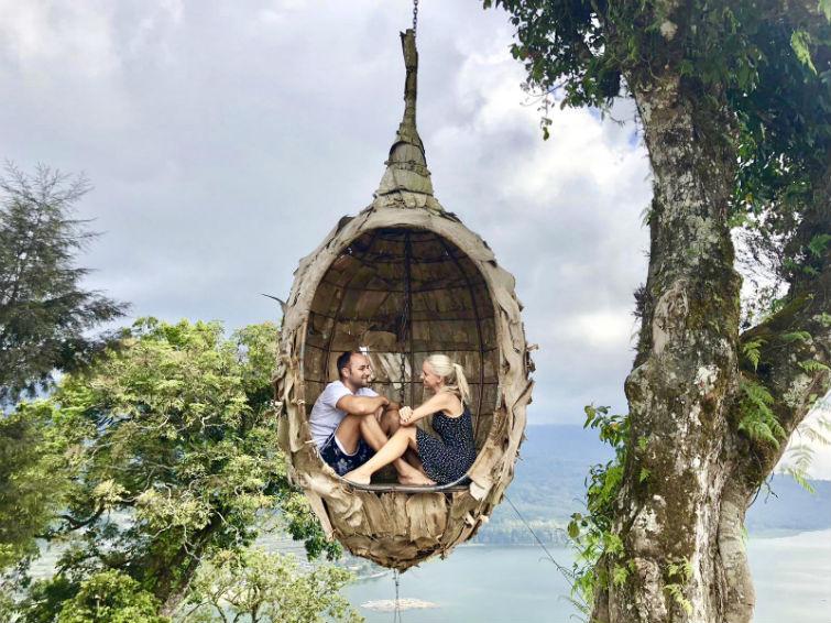 Pärchen in hängendem Korb in Bali