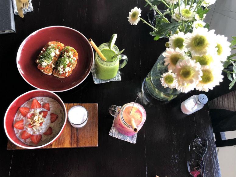 Müsli und Smoothies auf Tisch in Ubud Bali