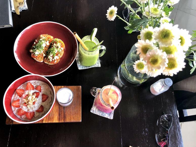 Tisch mit Müsli, Broten und Smoothies in Ubud