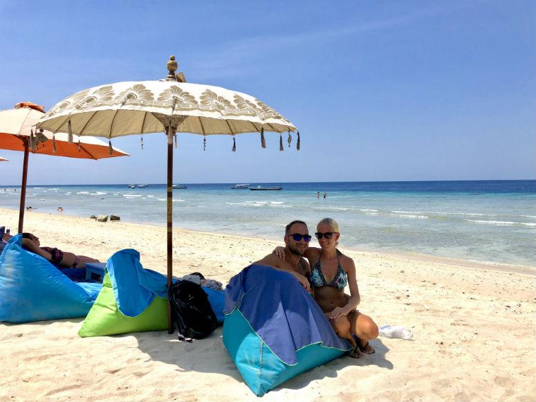 Pärchen an Strand auf Gili Trawangan