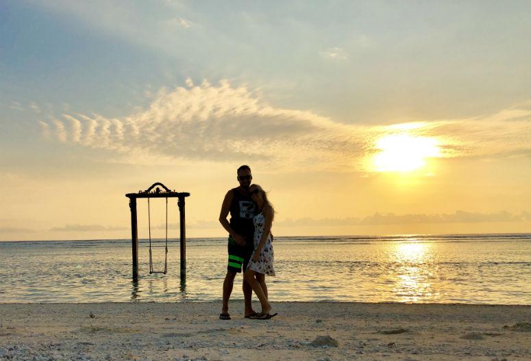 Pärchen vor Schaukel am Strand von Gili Trawangan