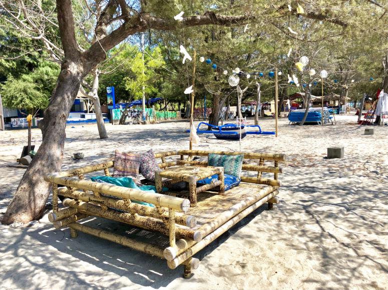 Gili Trawangan Strand mit schönen Sitzmöglichkeiten