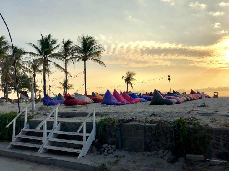 Sitzkissen am Strand auf Gili Trawangan