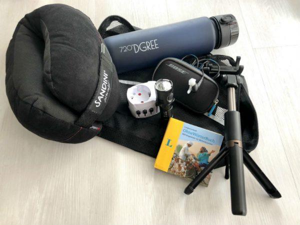 Diese Dinge, wie Wörterbuch oder Selfiestick erleichtern uns die Reisevorbereitung