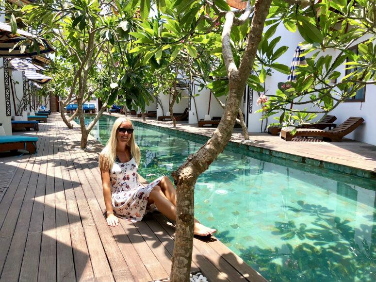 Frau vor Pool auf Gili Trawangan