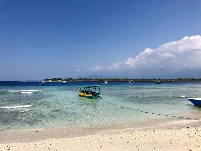 Kleines Boot im Meer auf Gili Trawangan
