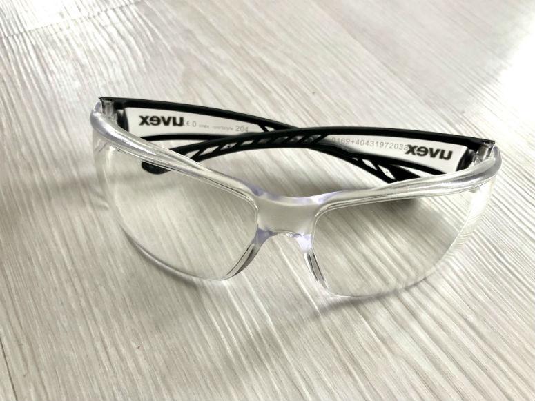 Brille mit durchsichtigen Gläsern ohne Sehstärke