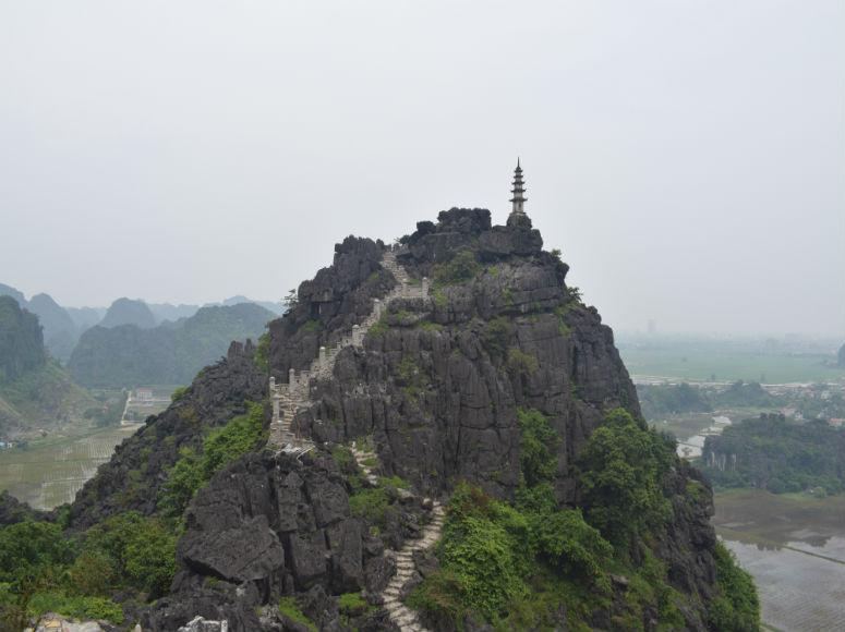 Schöne Aussicht auf Felsen in der trockenen Halong Bucht in Vietnam