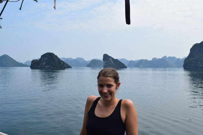 Frau mit Halong Bucht in Vietnam im Hintergrund
