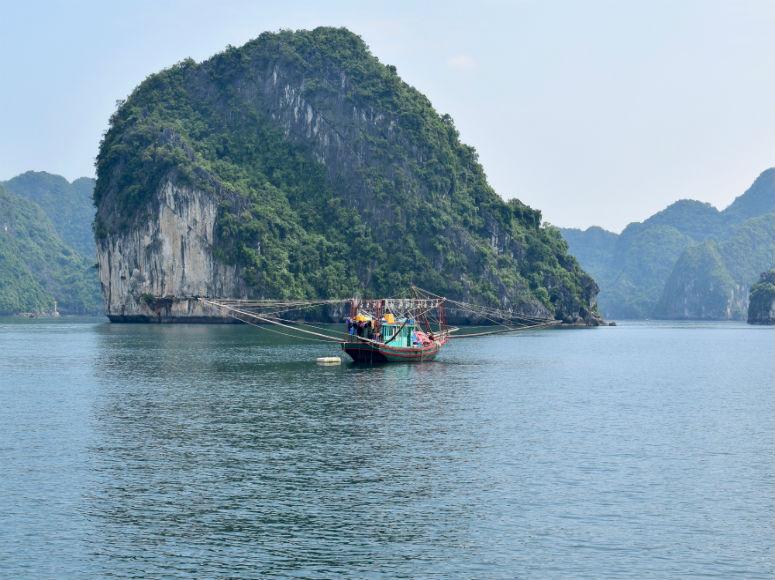 Halong Bucht Vietnam mit Schiff und Berg im Hintergrund