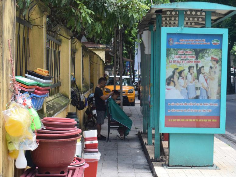 Friseur in der Hanoi Altstadt mitten auf der Straße
