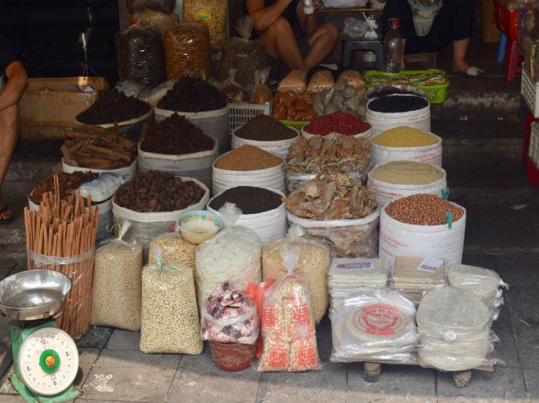 Stand in Hanoi Altstadt mit Gewürzen