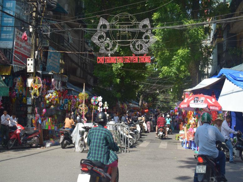 Buntes Treiben mit Straßenständen in der Hanoi Altstadt